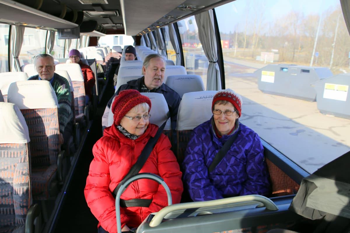 Irmeli Ojaniemi ja Anni Tolonen matkaavat ensimmäisellä ilmaisbussilla Siuntiosta Kirkkonummelle.