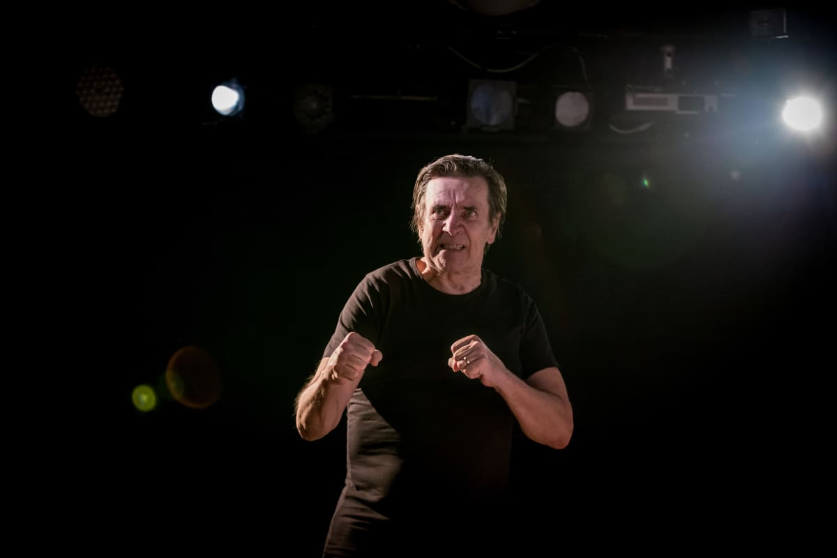 Laihon hahmo, Veikko Antero Lajusenniemi, on kuumakalle, jonka kyvyttömyys käsitellä tunteitaan johtaa äärimmäisiin tekoihin.