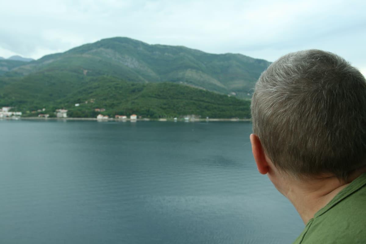 Anneli katsoo merelle