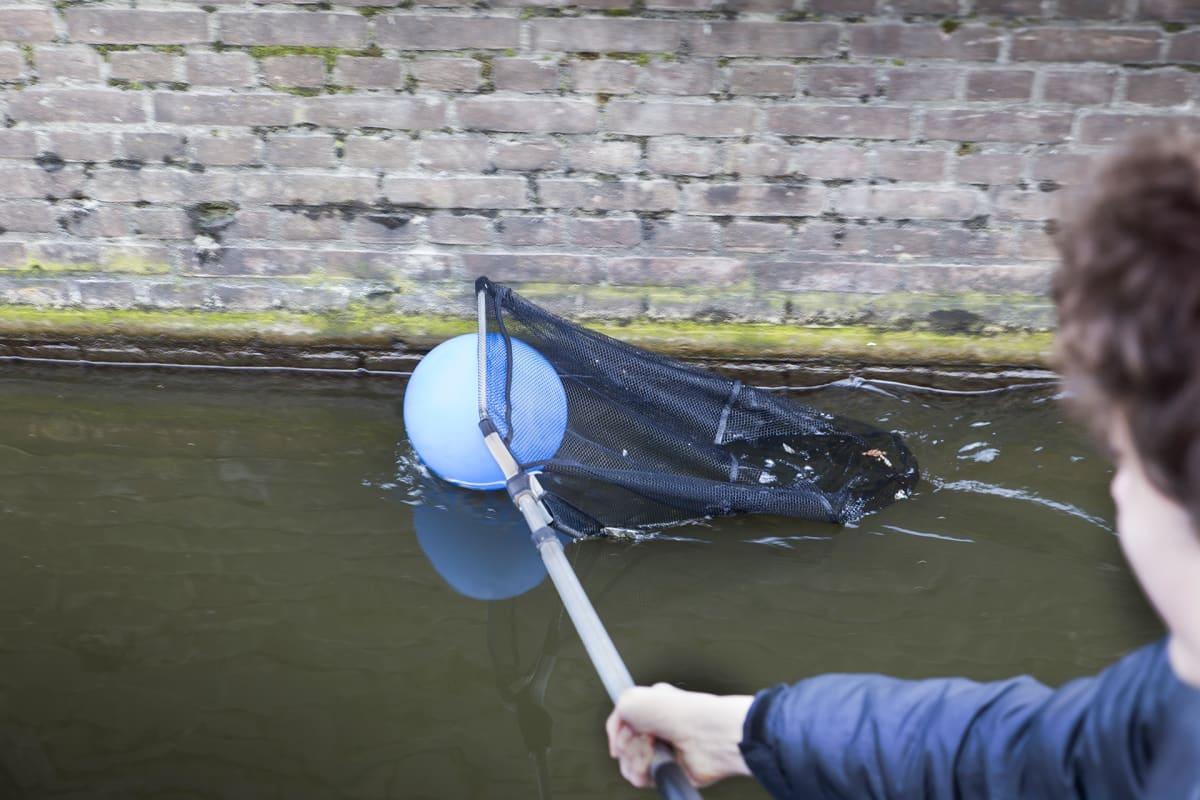 Plastic Whale-ryhmä kerää muoviroskaa Amsterdamin kanaaleista.