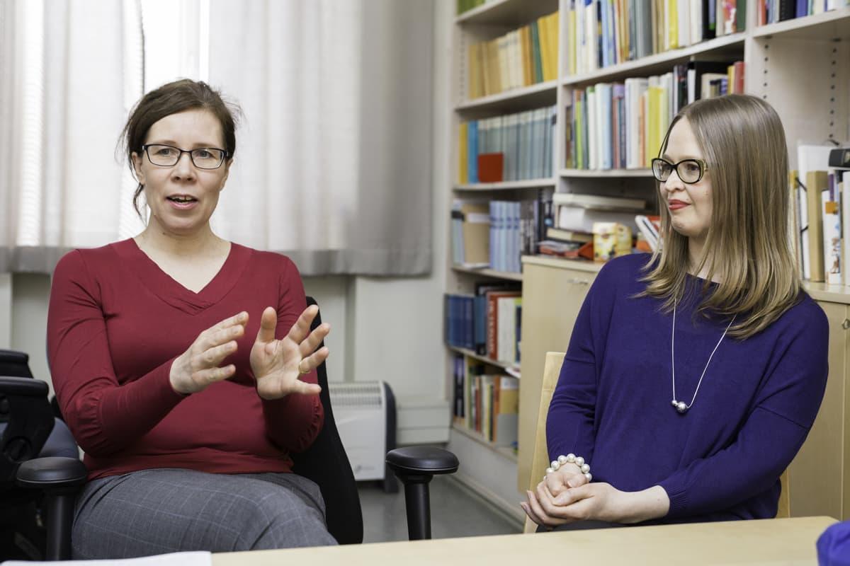 Suomen kielen professori Hanna Lappalainen (vas.) ja tutkija Johanna Isosävi uskovat, että globalisaation myötä suomalainen tervehtimiskulttuuri on tullut murrokseen.