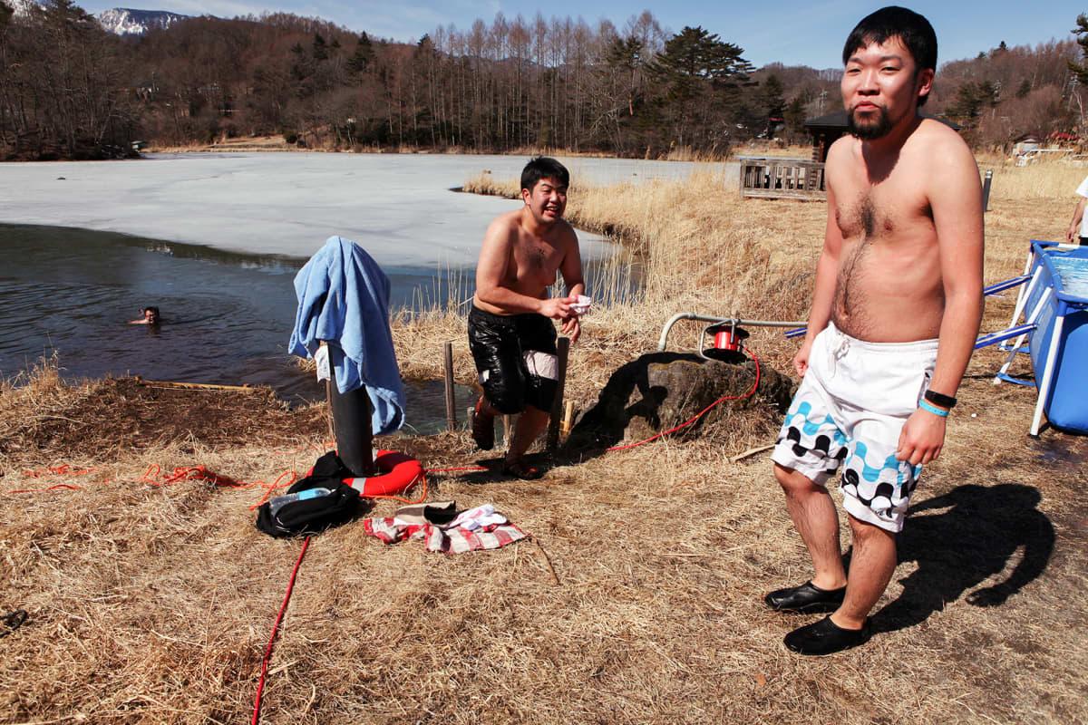 Kirjanpitäjä Kohei Shintani (vas.) ja insinööri Ryo Furuyama pulahtivat avantoon. Vantaan Kuusijärvi tuntui Furuyamasta hyisemmältä.