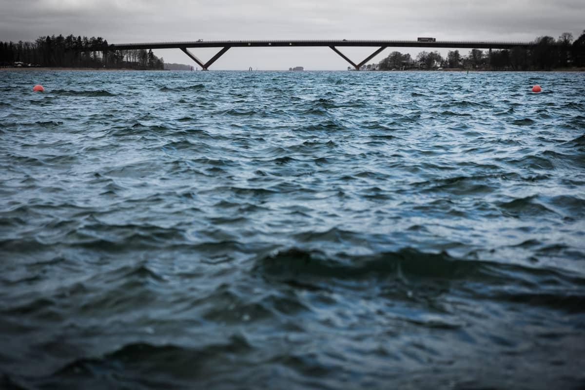 Silta Vättern -järven yli Motalassa, Ruotsissa.