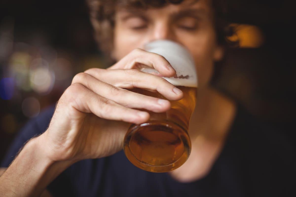 Mies juo olutta