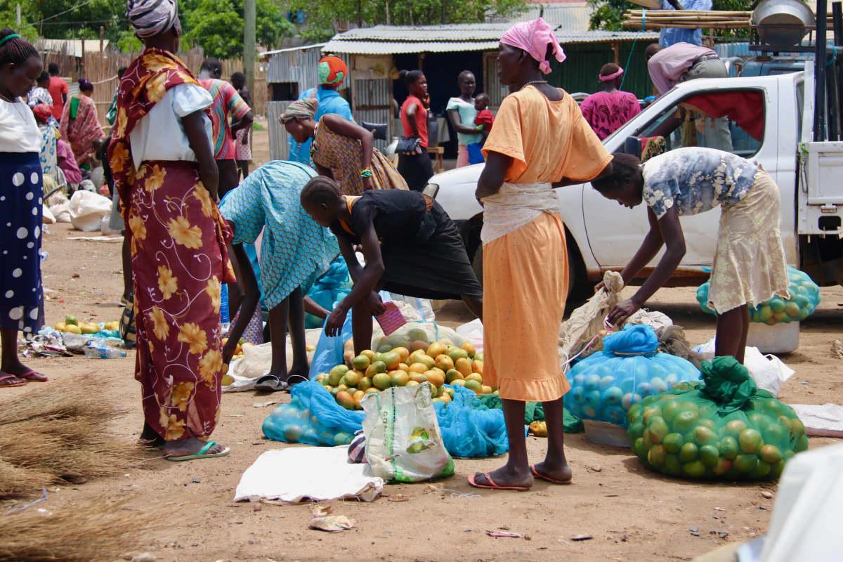 Mangoja myyvät naiset Libya-markkinoilla Jubassa.