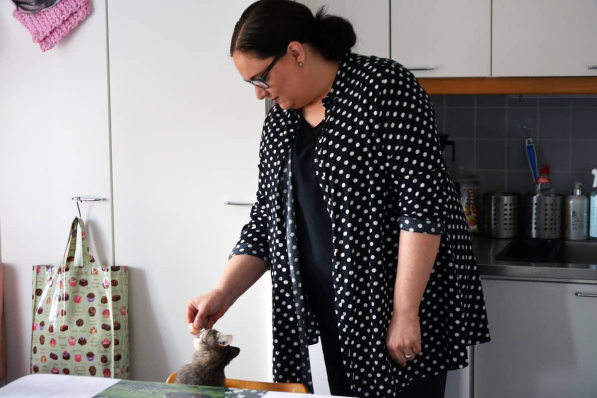 Katja Kaataja syöttä kissaa