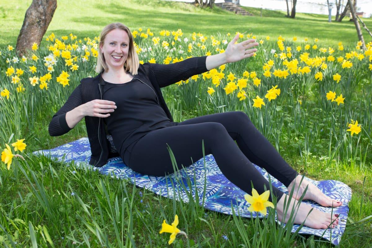 Fysioterapeutti Tiina Granroth näyttää selälle hellävaraiset, mutta tehokkaat keskivartaloliikkeet.