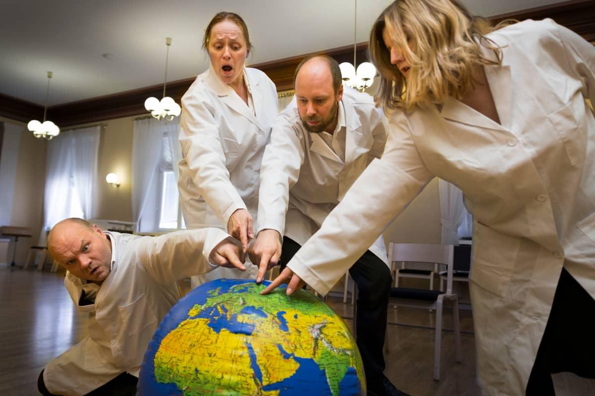 Maamme energia -ooppera. Petri Bäckström, Reetta Ristimäki, Oskari Nokso-Koivisto ja Ann-Marie Heino.