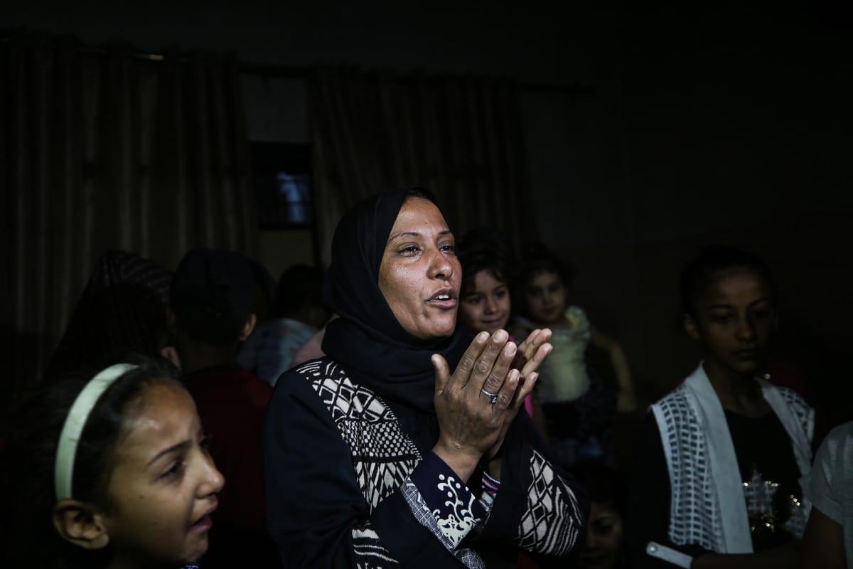 Palestiinalainen sukulainen suree menehtynyttä pientä lasta.