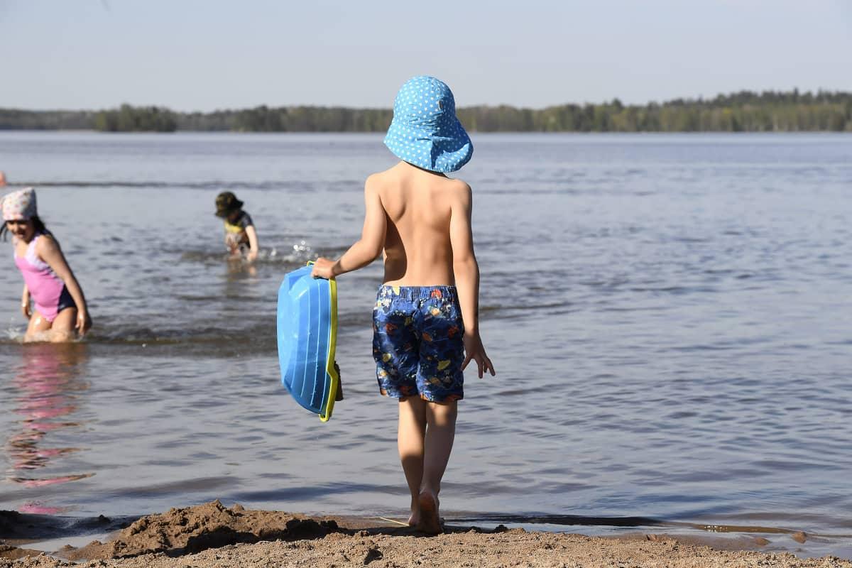 Lapsi uimarannalla.