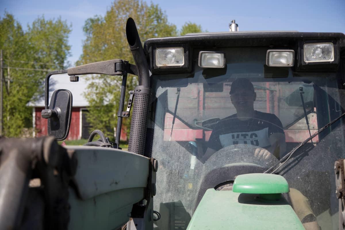 Mies traktorissa.