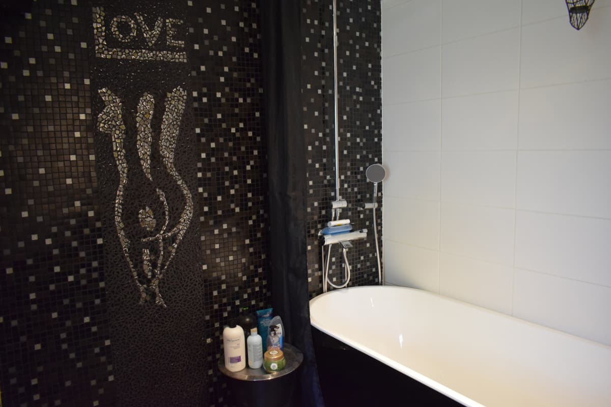 Love-teksti Riikka Sireniuksen kylpyhuoneessa.
