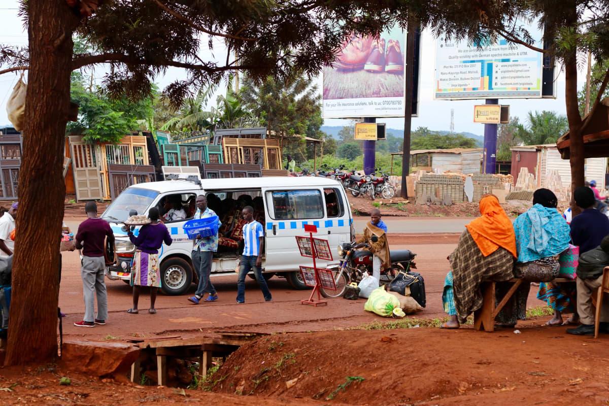 Kadunmyyjiä Ugandan Jinja-kaupungissa.