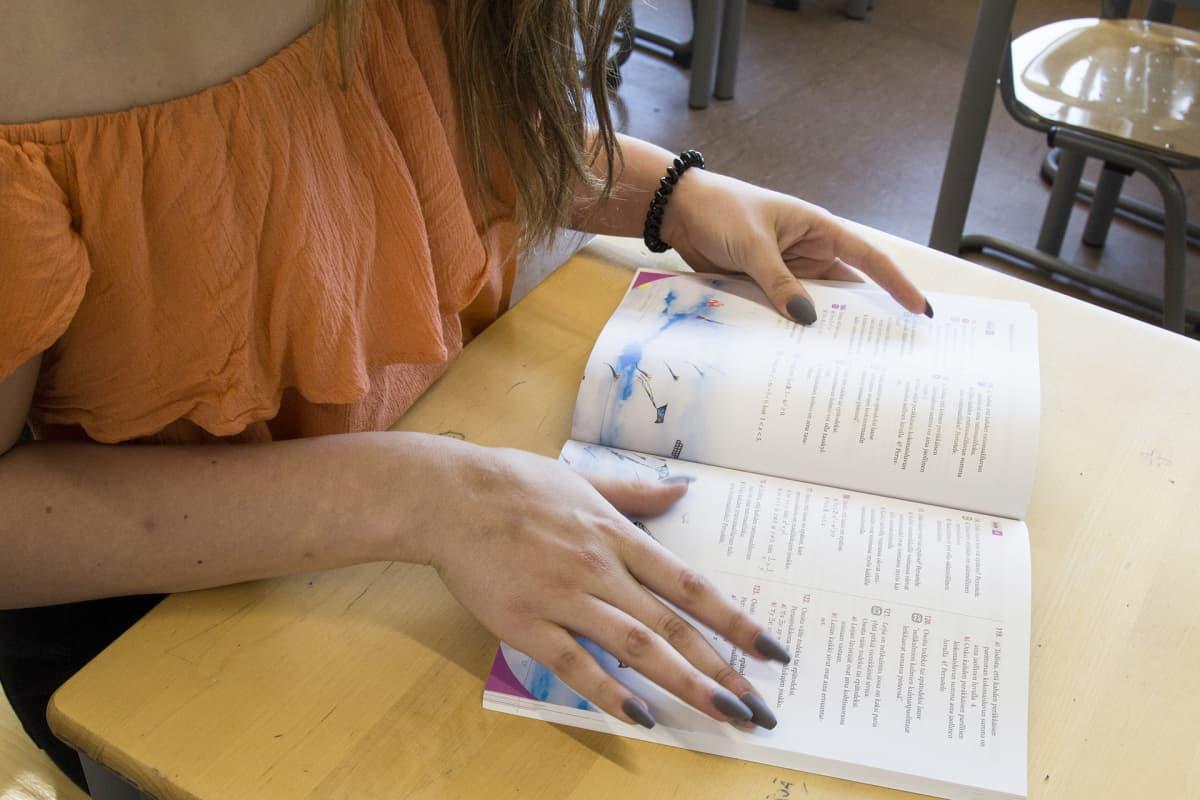 sormet selaavat kirjaa