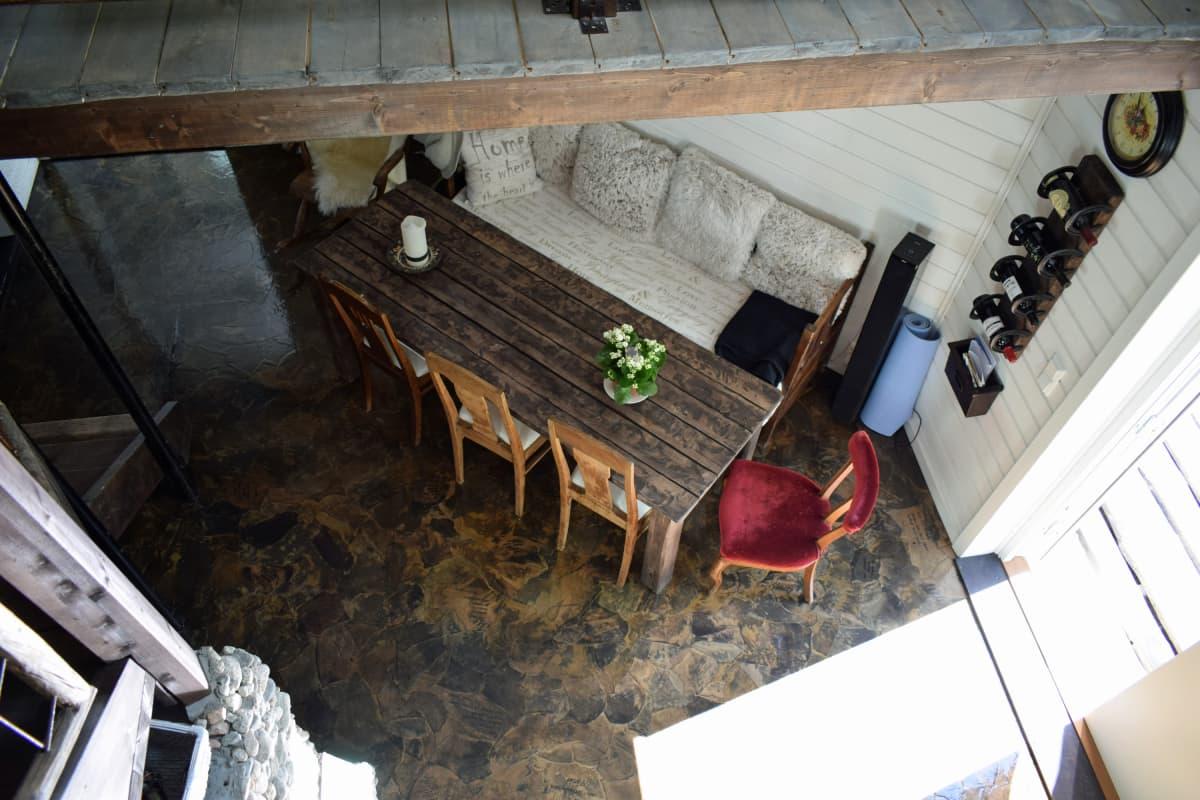 Riikka Sirenius itse tekemänsä keittiönpöytänsä ääressä.