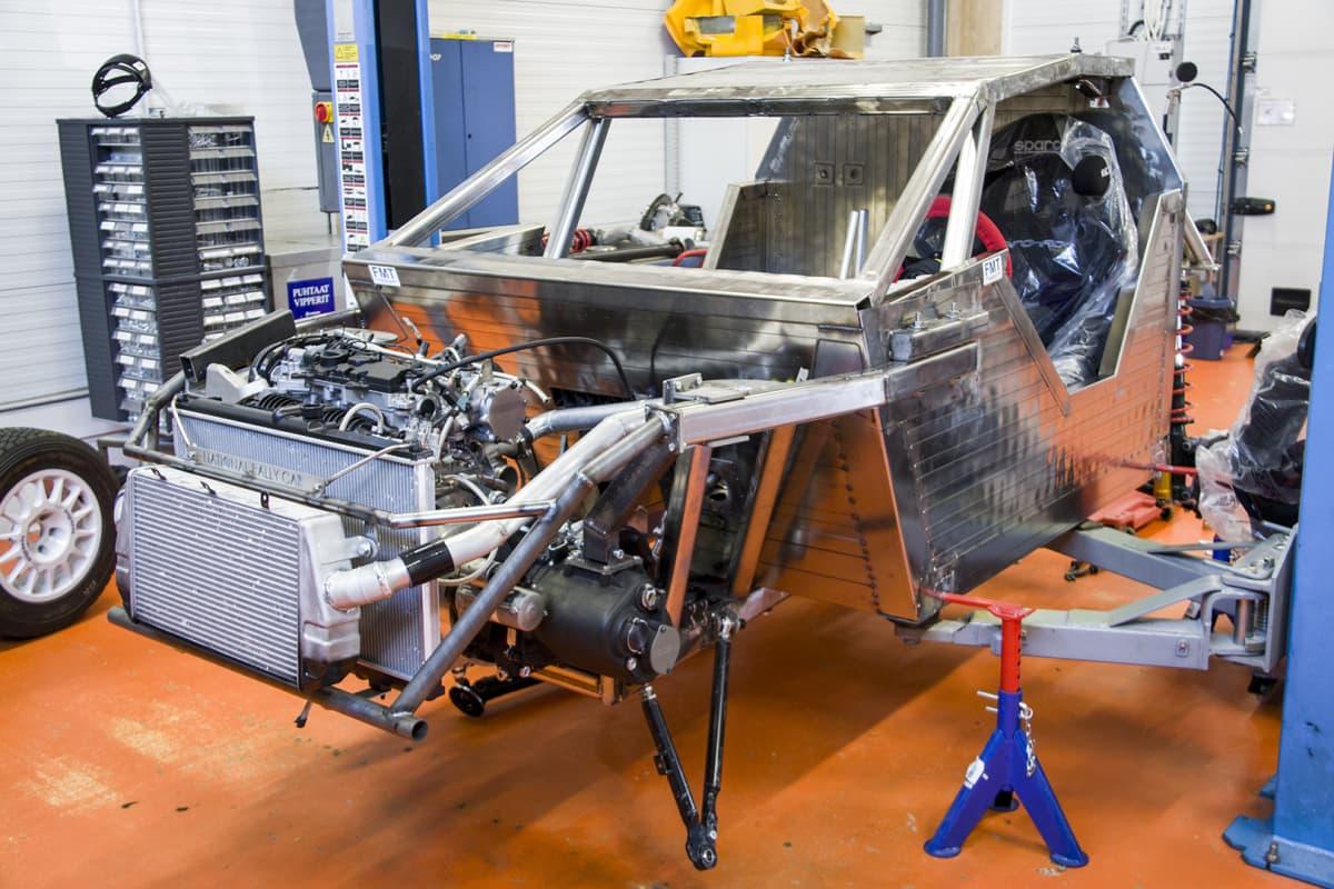 Oulun ammattikorkeakoulun auto- ja kuljetusalan yksiössä valmistumassa oleva ralliauton prototyyppi kesällä 2018.