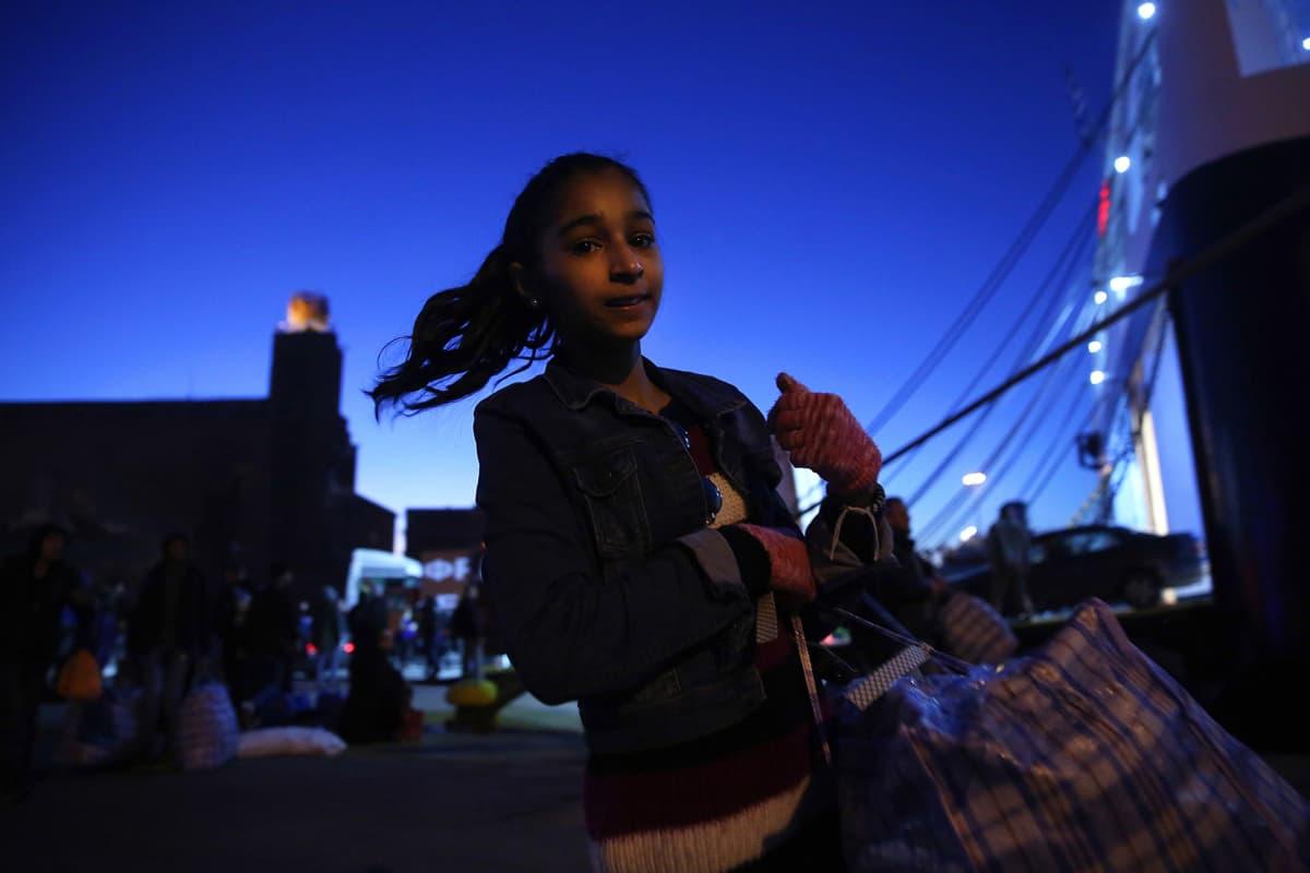 Pireuksen satamaan saapuvia pakolaisia joulukuussa 2017.