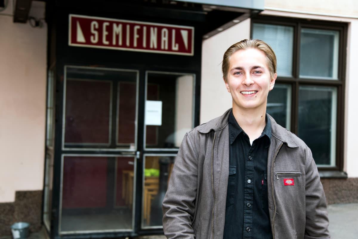 Mikko Merimaa Semifinal-klubin edessä.