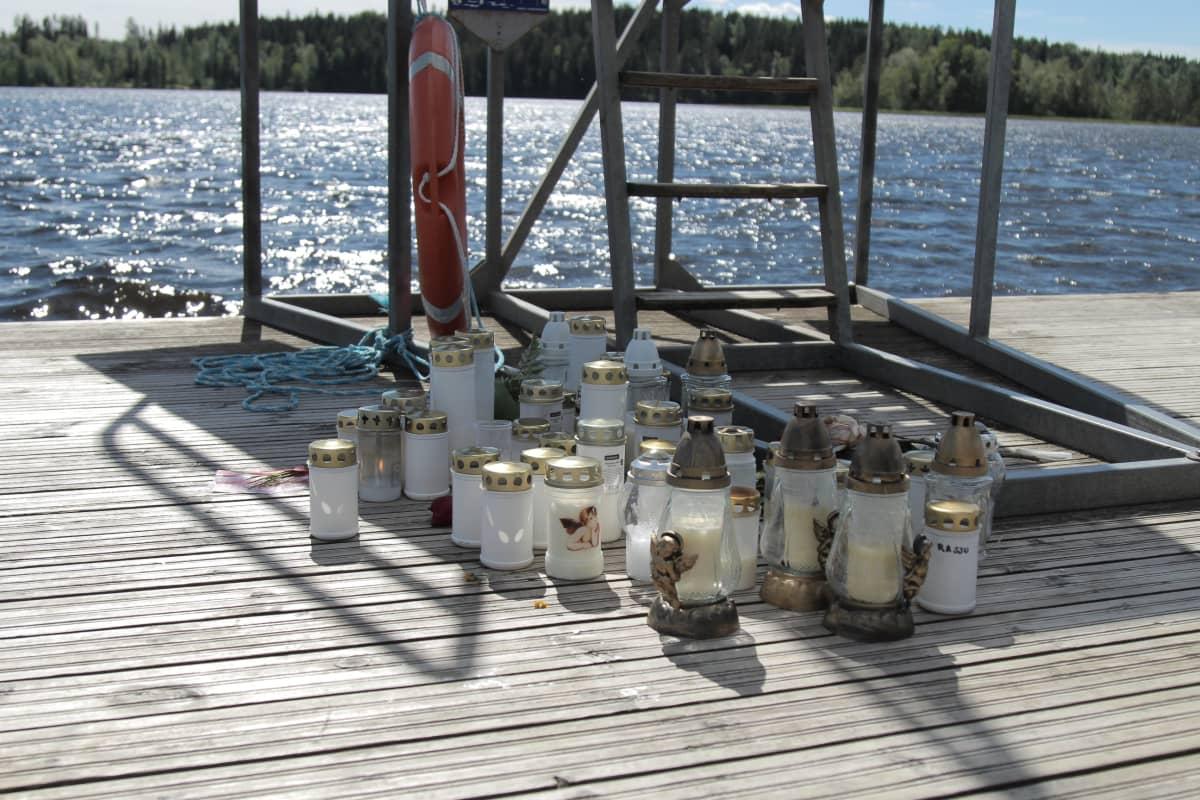 Kynttilöitä hyppytornin juurella