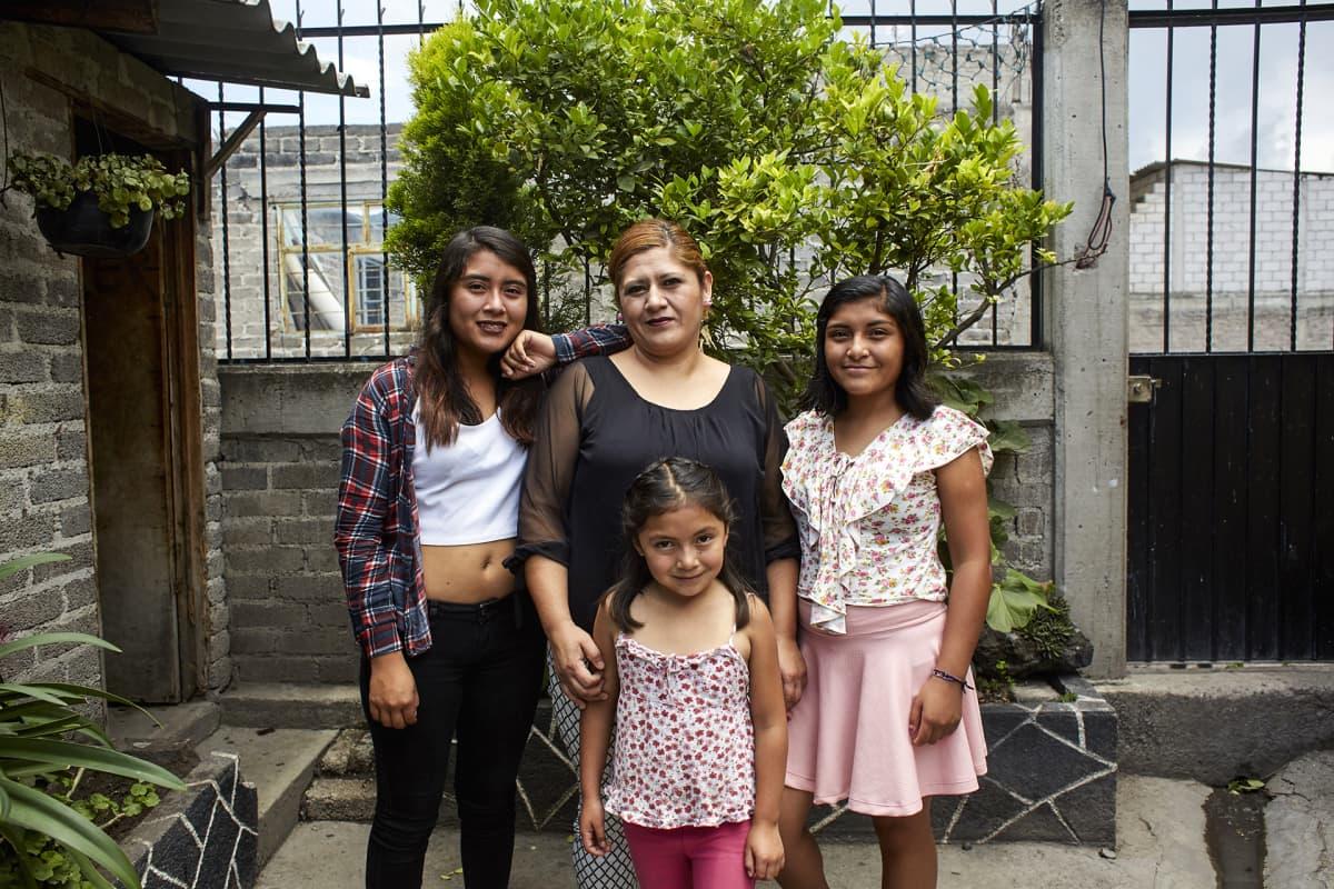 Marisol Vásquez Ramos (keskellä) tyttäriensä, 16-vuotiaan Danna Brendan, 14-vuotiaan Fernandan ja 8-vuotiaan Jímenan kanssa.