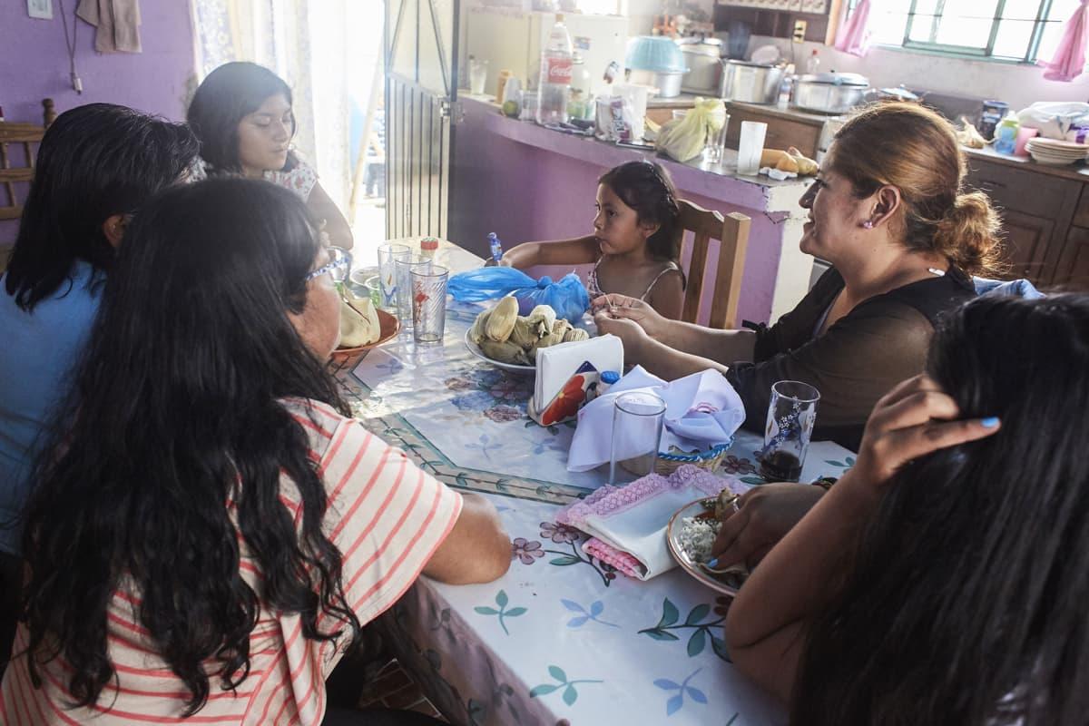 Sunnuntaisin Marisol Vázquez Ramos ja suvun muut naiset kokoontuvat syömään yhdessä. Miehet ovat jättäneet perheensä tai naiset ovat itse lähteneet väkivallan vuoksi.
