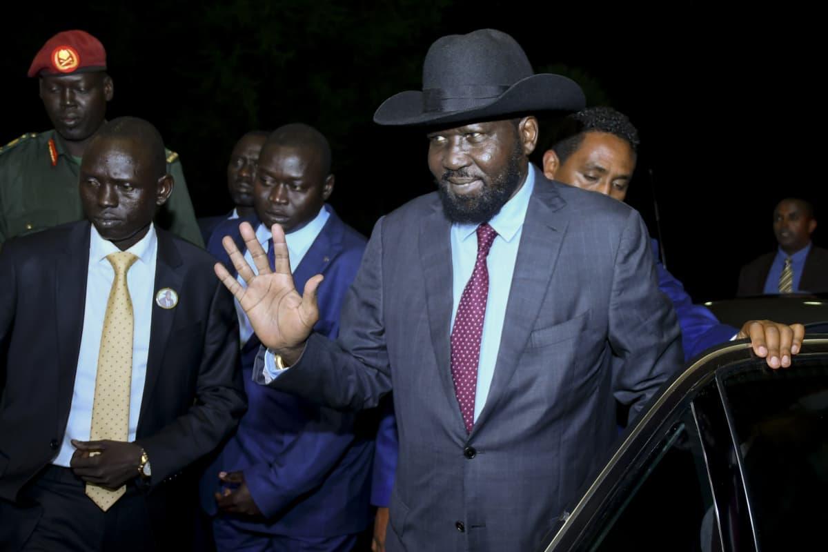 Huopahattua käyttävä presidentti Salva Kiir saapui neuvotteluihin.