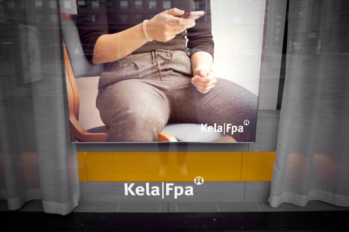 Kelan logo ja mainos ikkunassa.