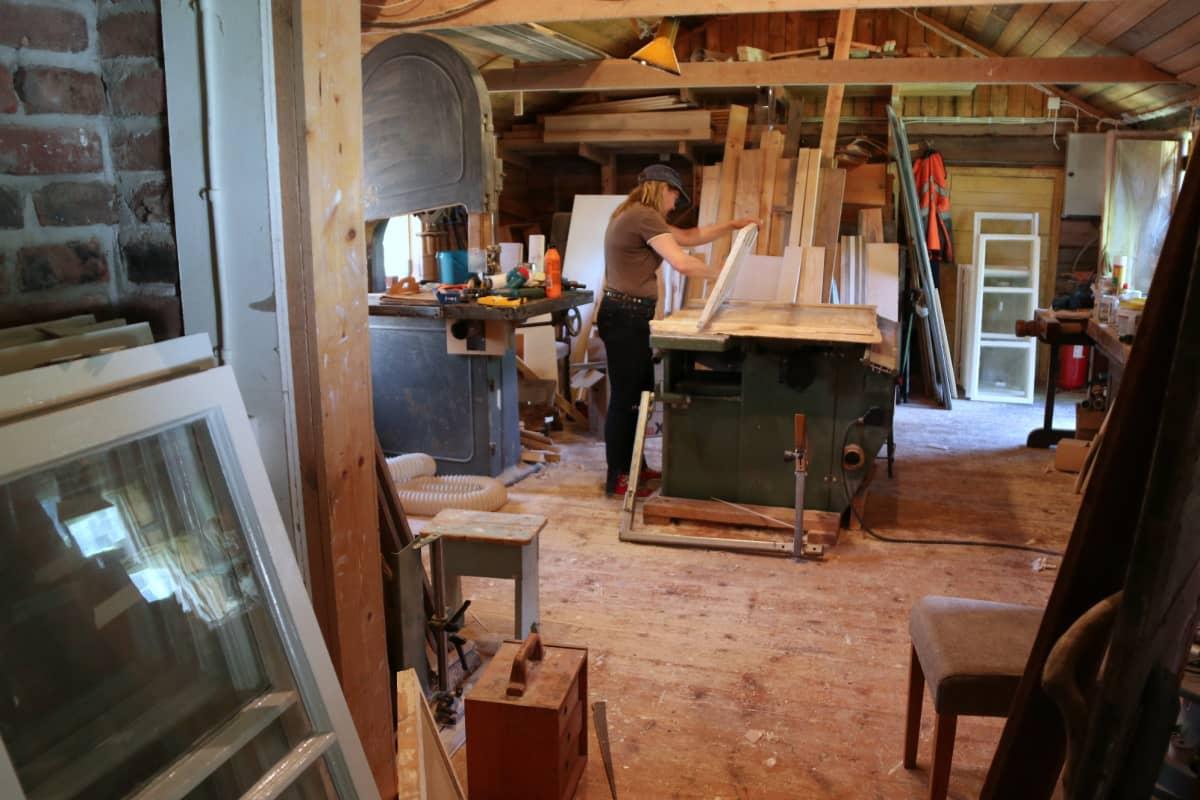 Saara Isola tienaa elantonsa puuseppänä suunnittelemalla ja kunnostamalla huonekaluja.
