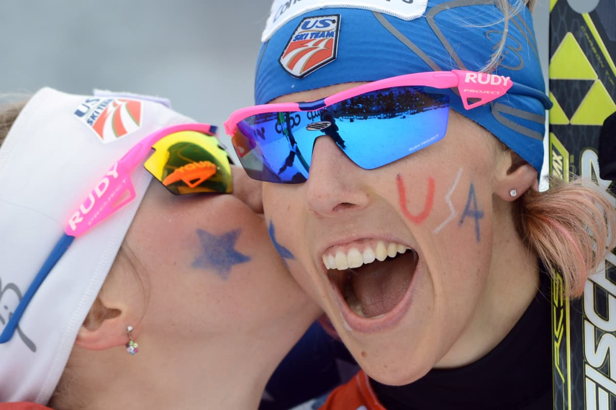 Kikkan Randall (oik.) voitti Jessica Digginsin kanssa olympiakultaa Pyeongchangissa.