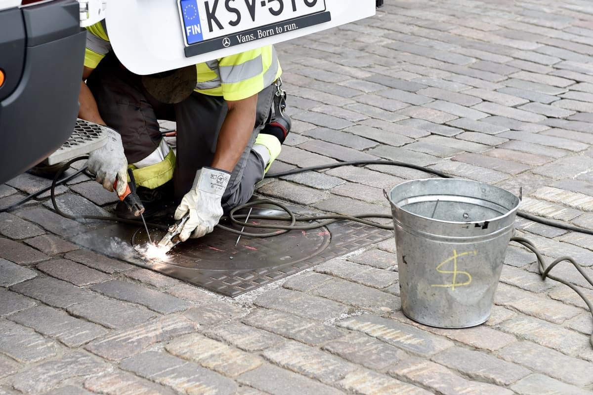 Turvatoimia lisätään Presidentinlinnan läheisyydessä Helsingissä 12. heinäkuuta. Muun muassa kaivon kansia hitsataan umpeen.