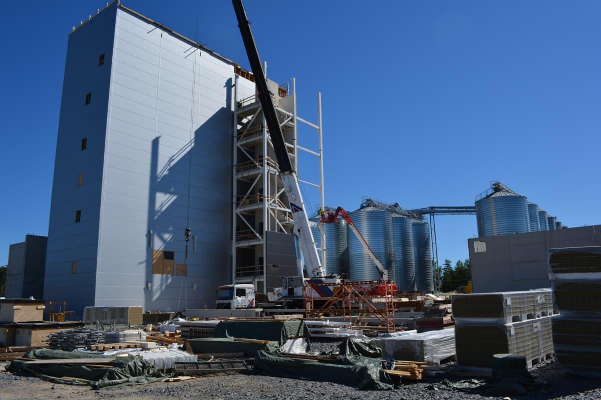 Utajärven lämmöntuotantolaitos aiotaan saada toimintaan hieman ennen myllyä, joka aloittaa toimintansa maaliskuun lopussa vuonna 2019.