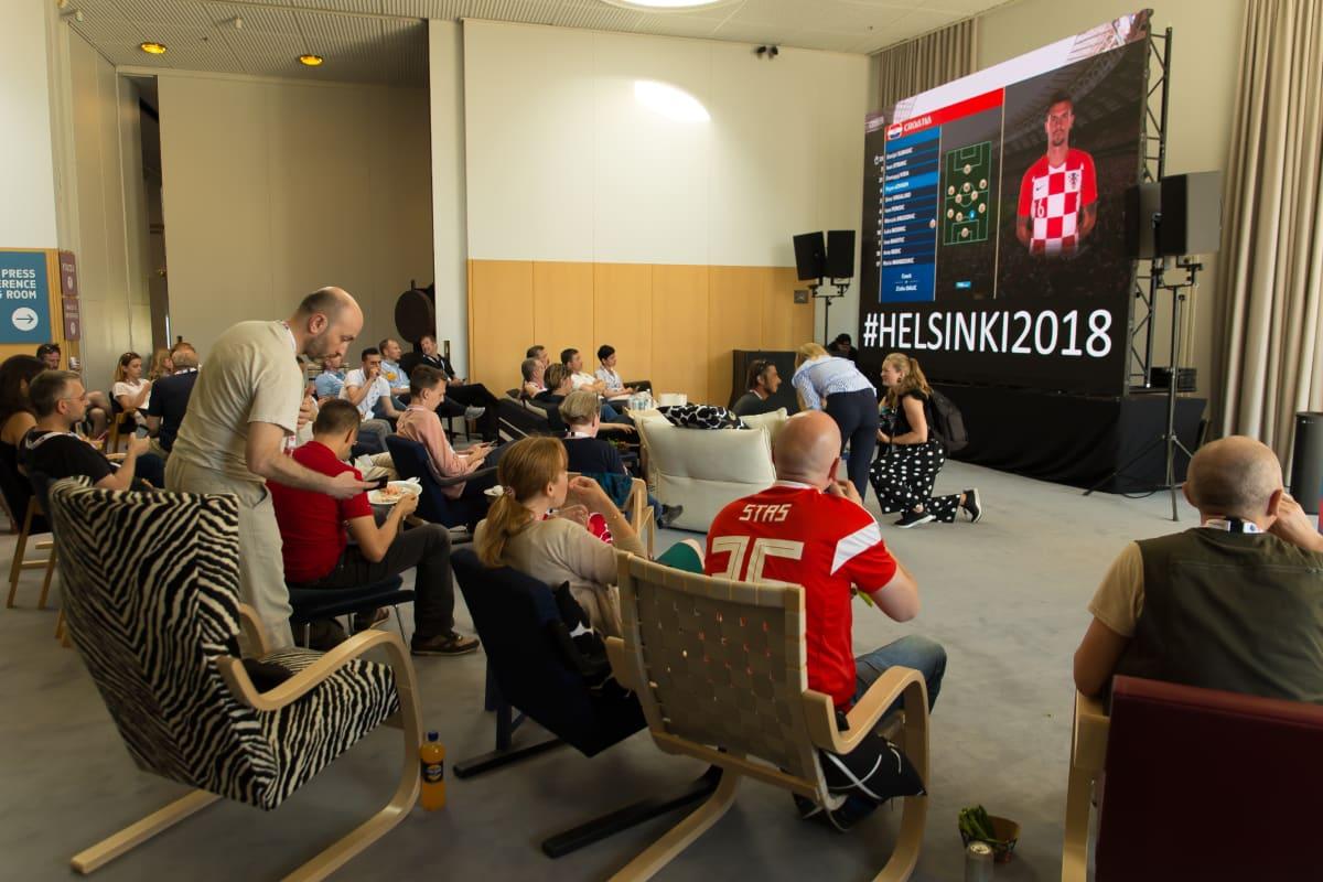 Journalisteja katsomassa jalkapallon MM-loppuottelua Finlandiatalon lehdistökeskuksessa.