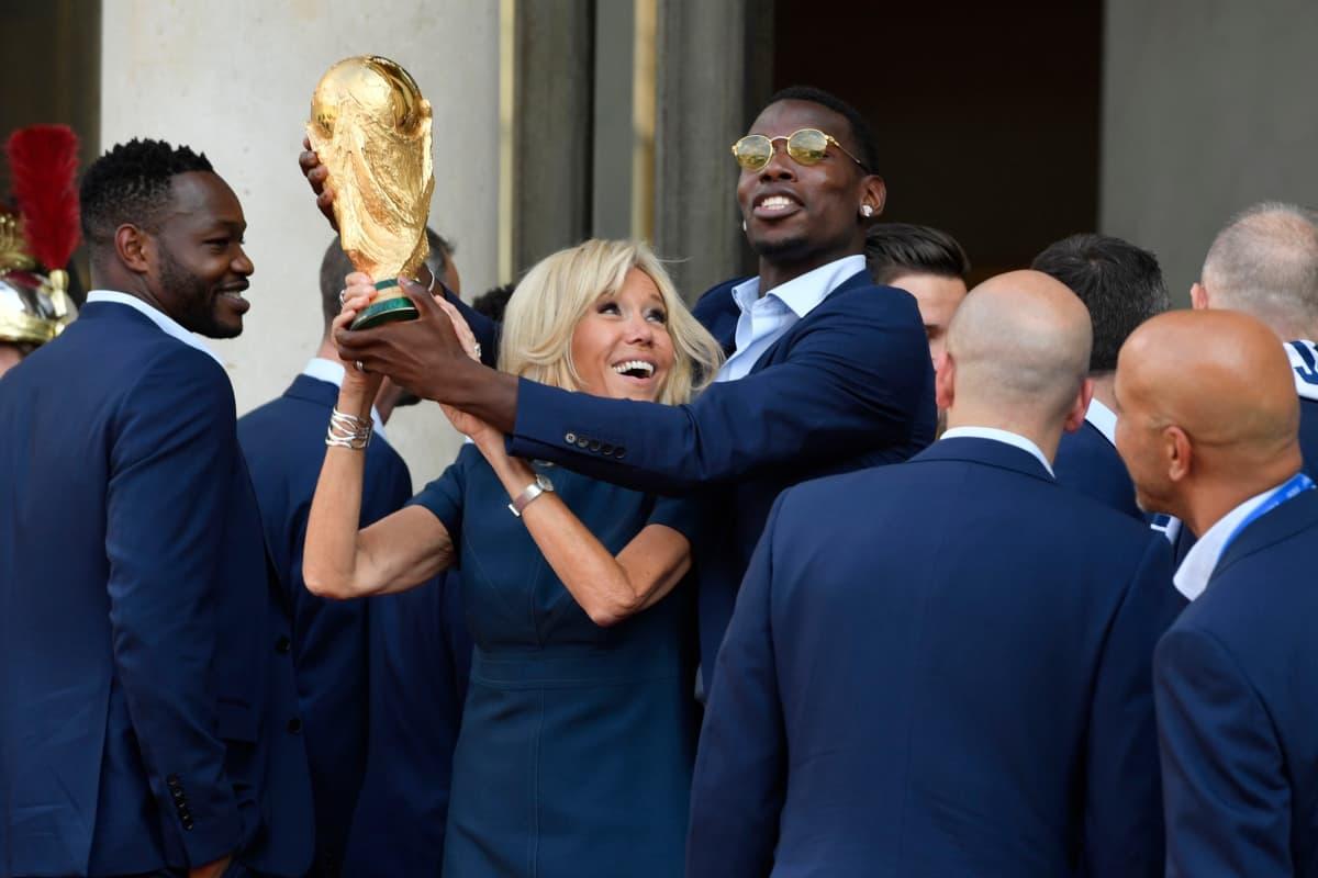 Juhlatunnelmissa maailmanmestari Paul Pogba ja Ranskan presidentti Emmanuel Macronin puoliso Brigitte