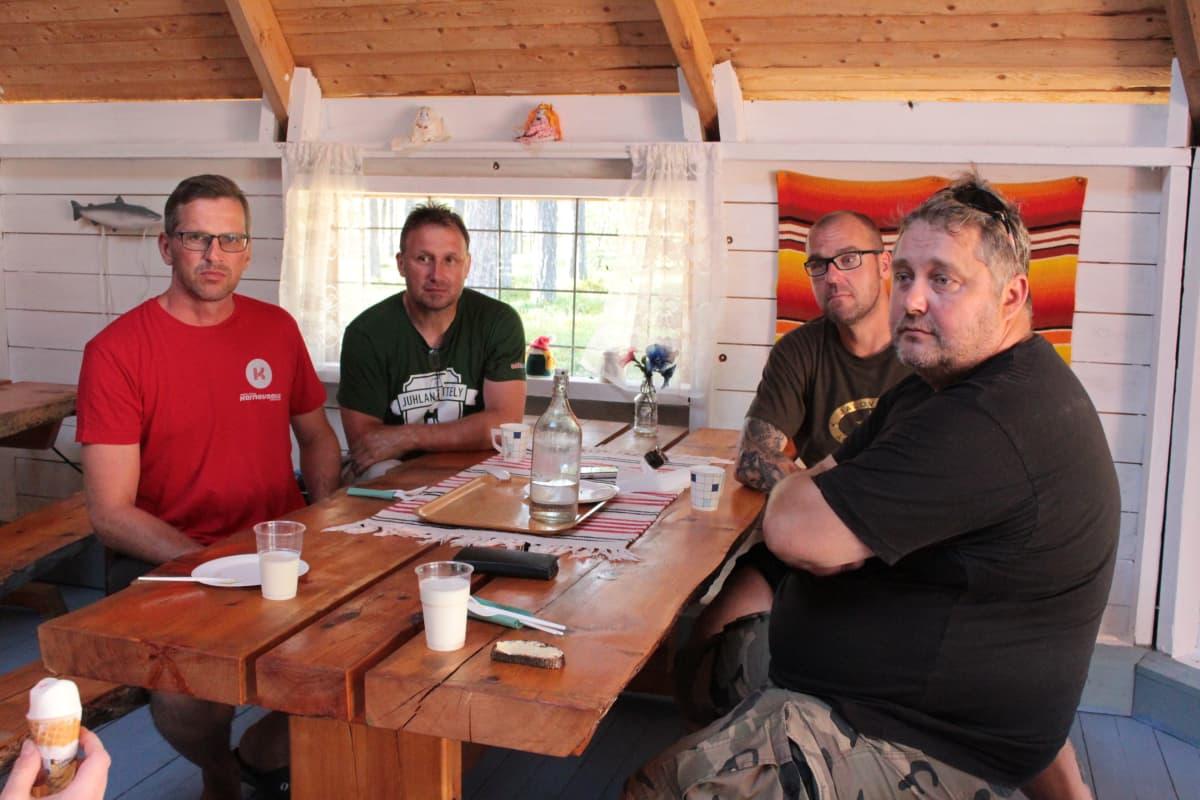 Mika Salo, A-P Anttila, Arttu Tuominen ja Timo Grundström pysähtyivät lohisopalle kalastusmatkallaan.