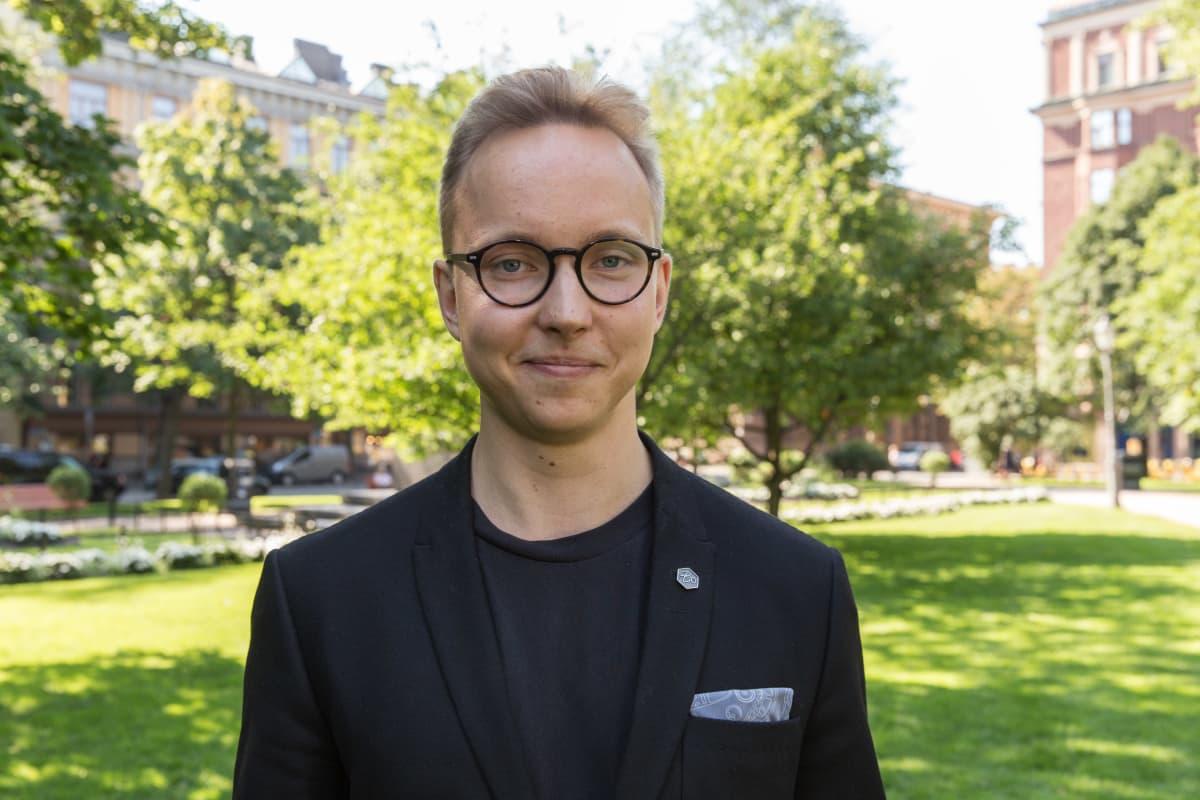 Kiinteistönvälittäjä Roni Arvonen.