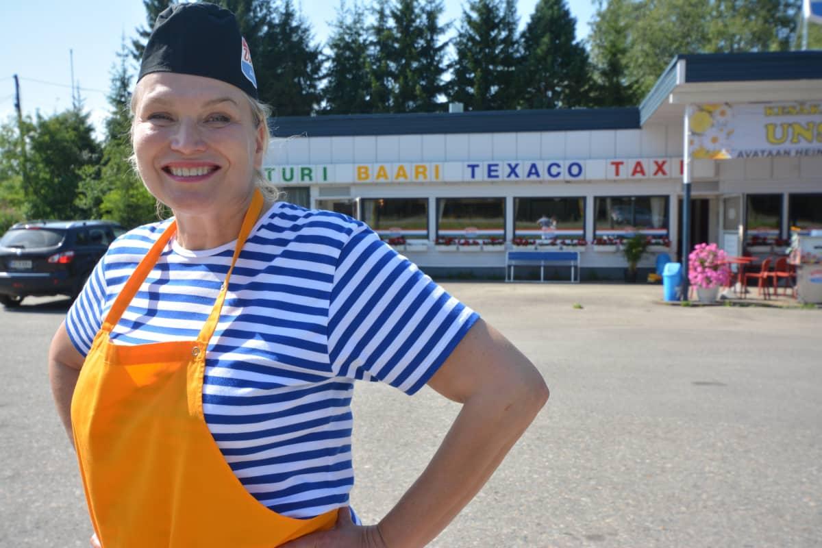 Maria Kokkonen seisoo kesäkahvilan edessä