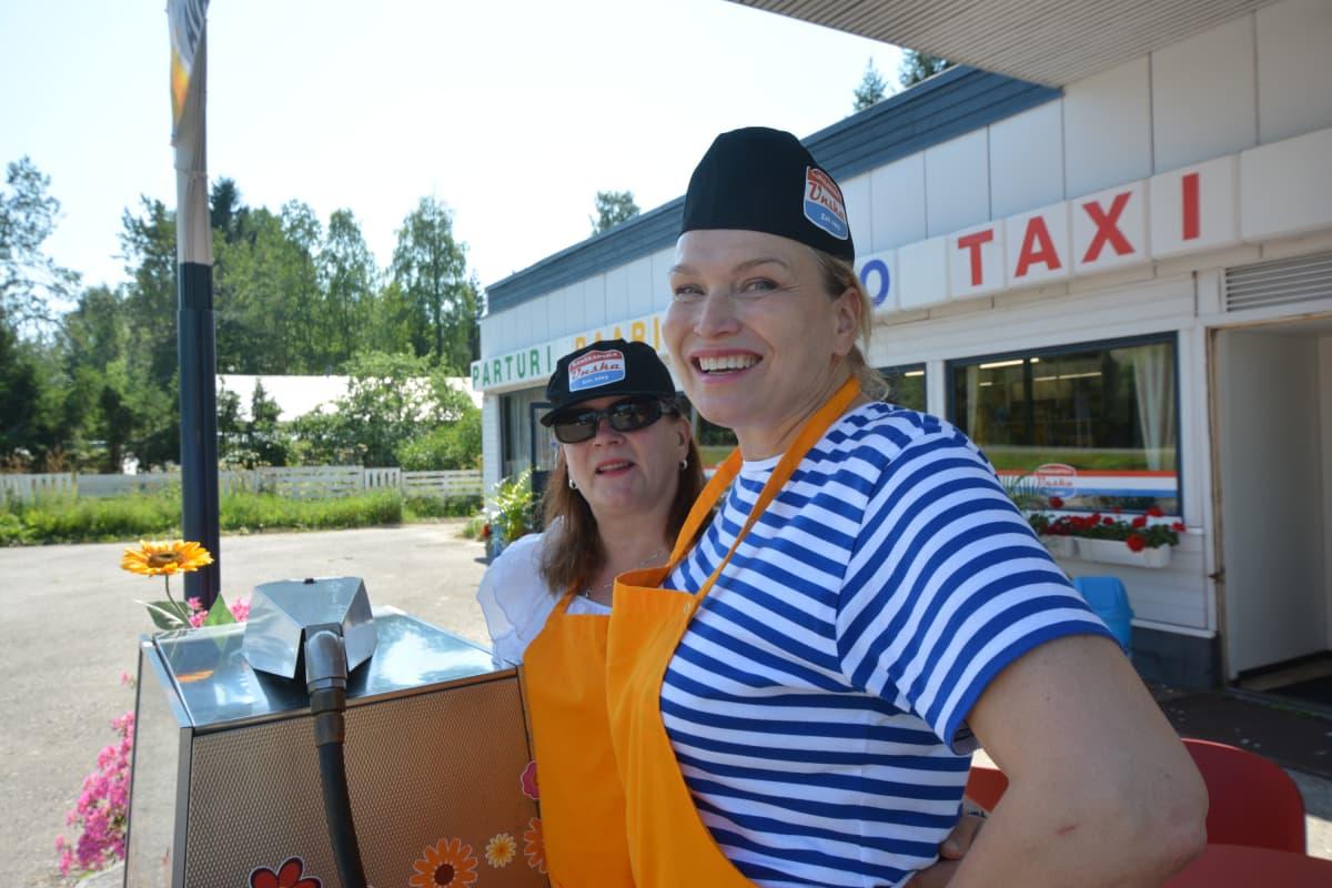 Marian ystävä Sirpa Jääskeläinen Maria Kokkosen kanssa Unskan vanhan bensapumpun edessä