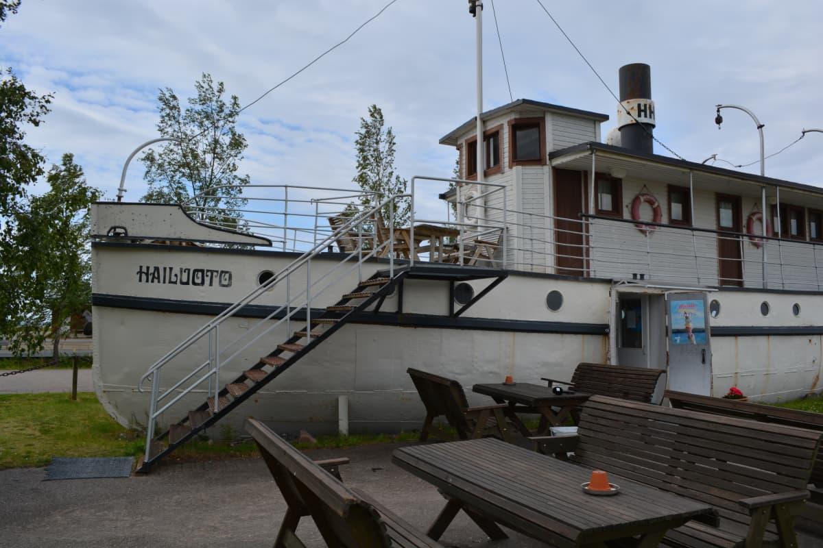 Laiva toimii nykyään kahvilana Lumijoen Varjakassa. Vuonna 1920 Varjakan edustalla sattui laivan tuhoisin onnettomuus, jossa viisi ihmistä hukkui heidän ahtauduttaan liian pieneen veneeseen matkatavaroineen.