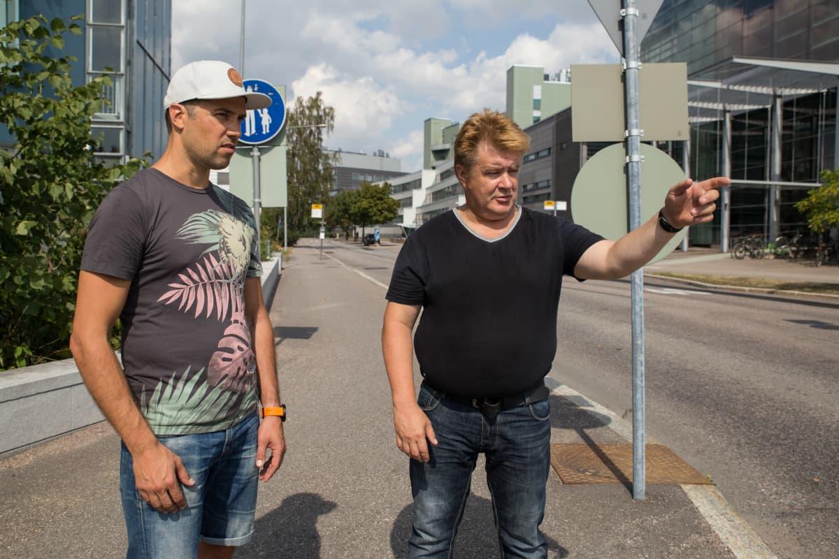 Pertti Holmberg näyttää Tatu Vanniselle paikkaa, missä hän elvytti kammiovärinän saanutta Vannista.