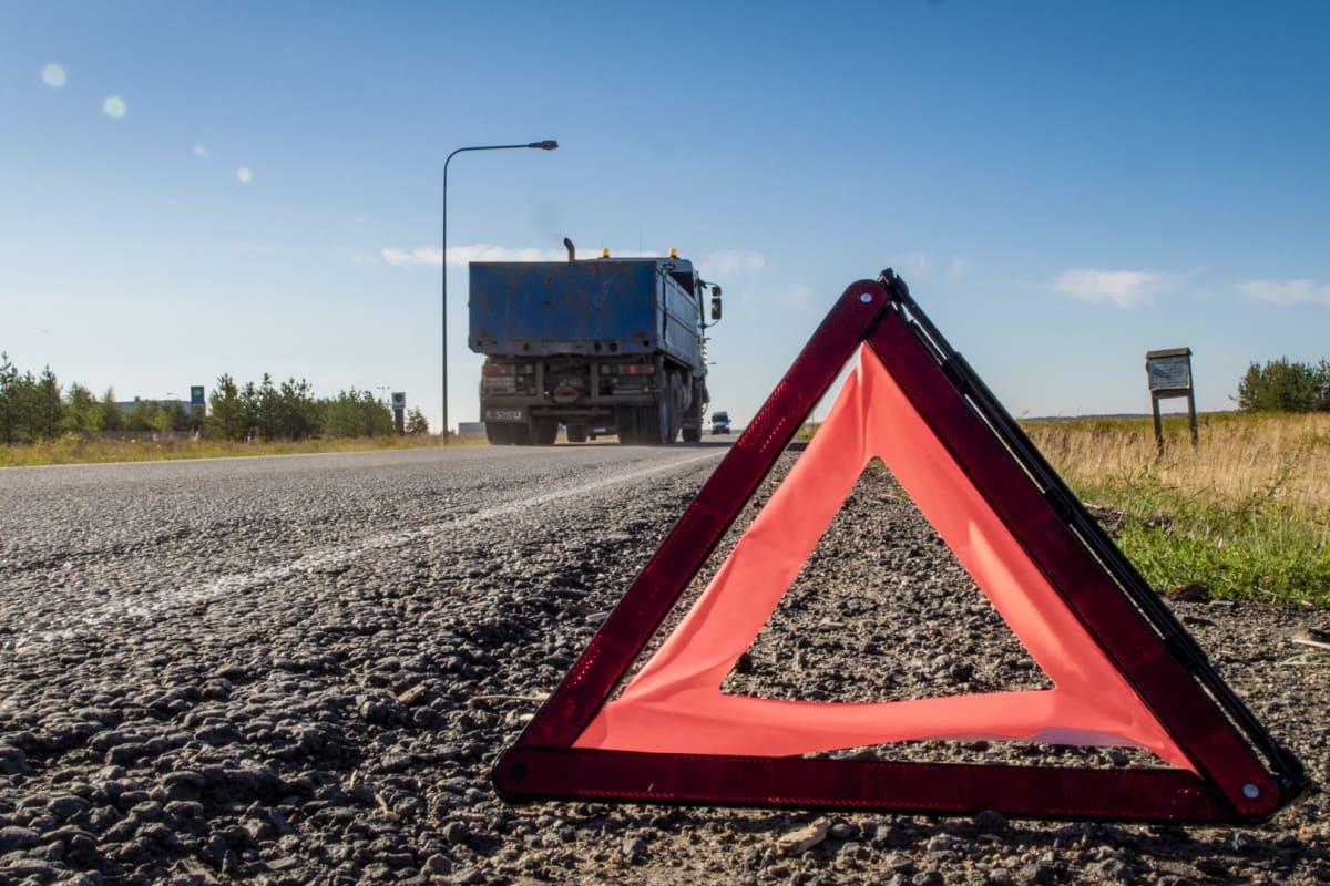 Varoituskolmio tien laidassa, Rekka, Kuorma-auto, liikenneturvallisuus