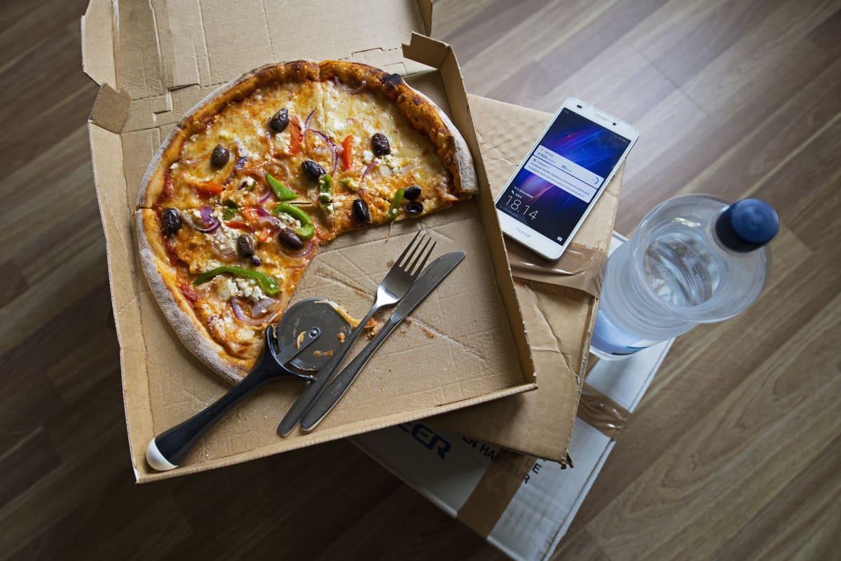 Noutopizza pöydällä.