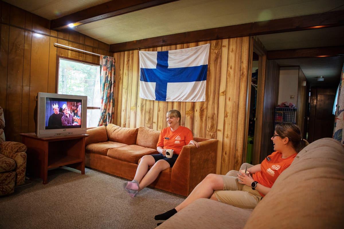 Suomalaiset kesätyöntekijät katsovat televisiota.