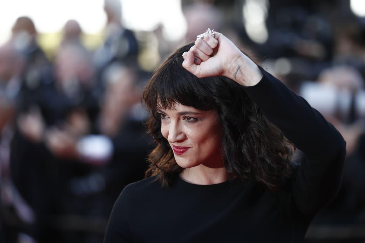 Näyttelijä Asia Argenton väitetään ahdistelleen seksuaalisesti 17-vuotiasta nuorukaista vuonna 2013. Argento oli tuolloin 37-vuotias.