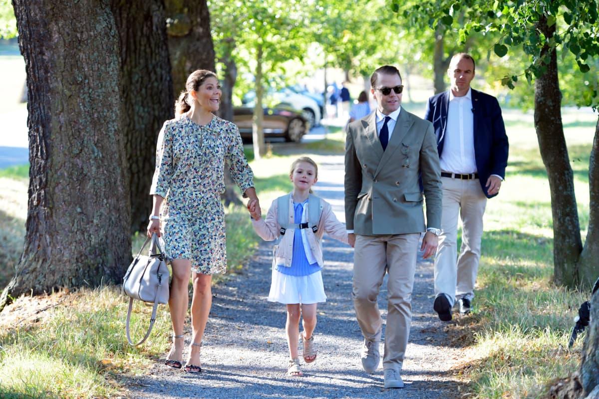 Kruununprinsessa Victoria ja prinssi Daniel saattavat tytärtään, prinsessa Estelleä kouluun prinsessan ensimmäisenä koulupäivänä.