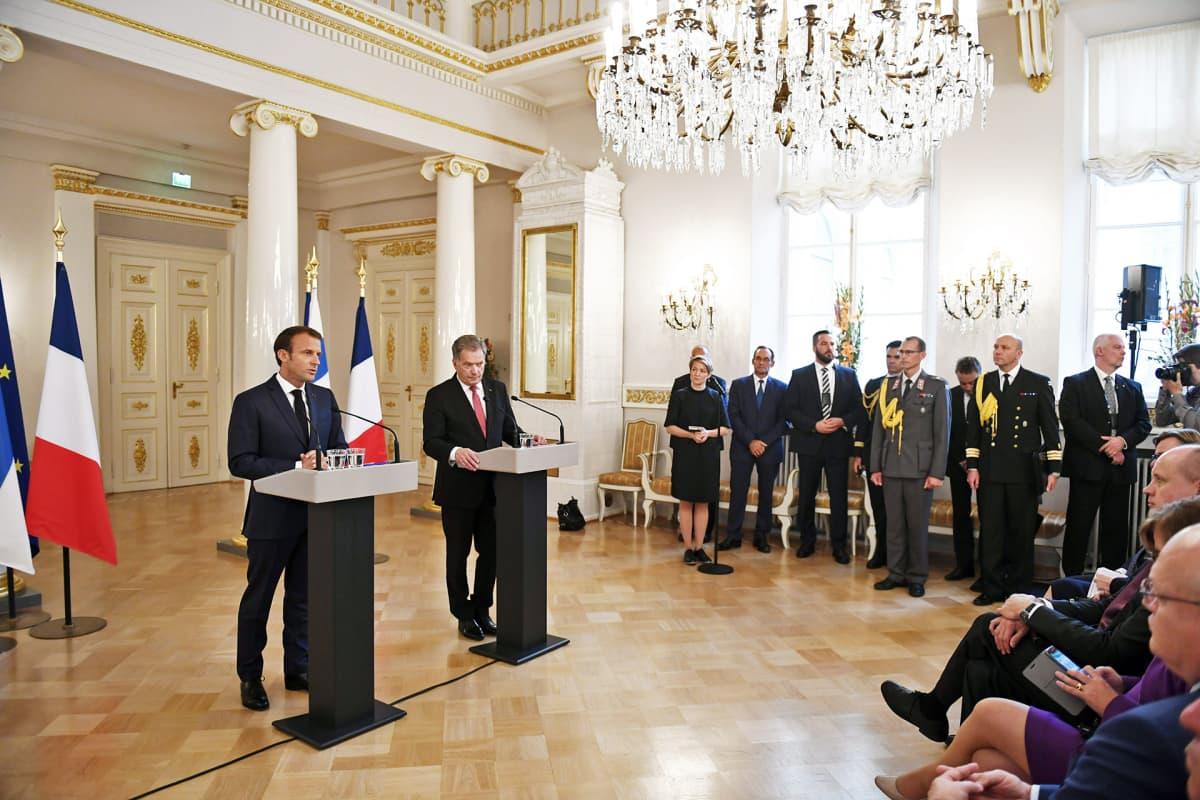 Emmanuel Macron ja Sauli Niinistö tiedotustilaisuudessa presidentinlinnassa.