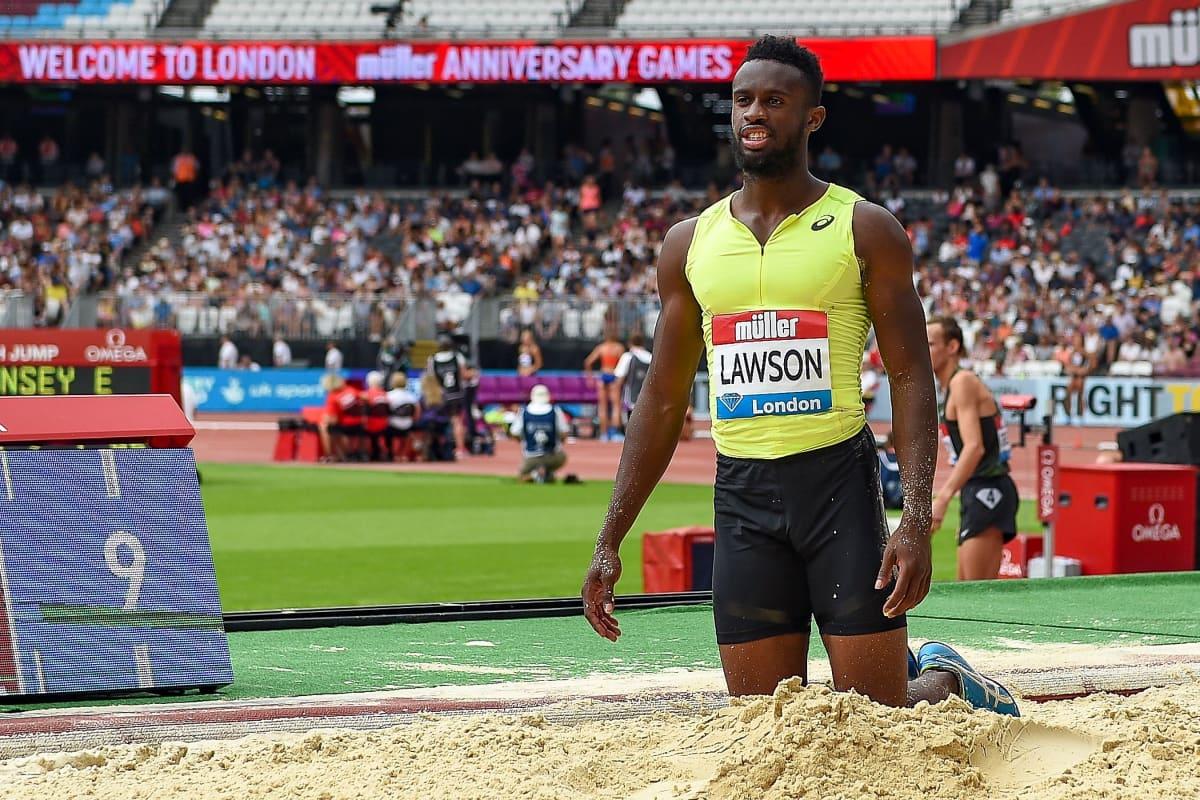 Jarrion Lawson polvistuneena.