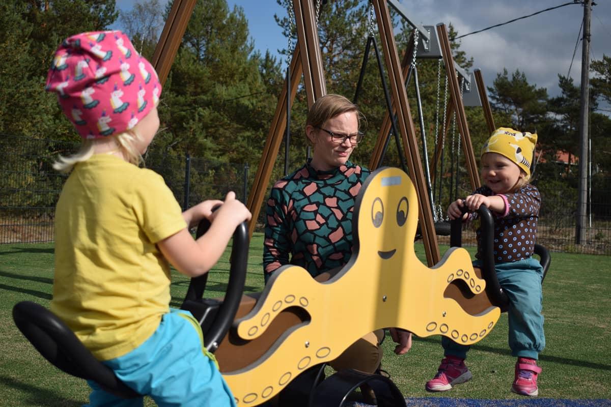 Äiti ja lapset leikkipuistossa