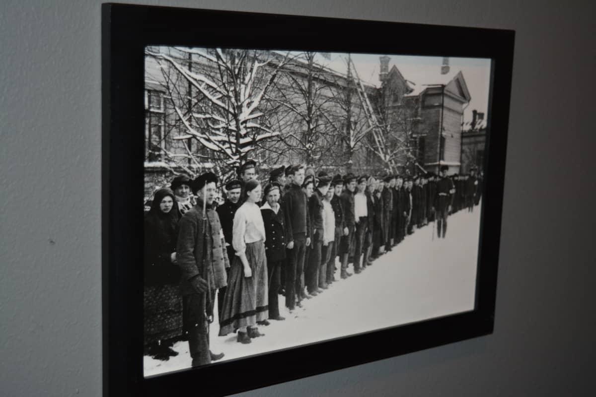 Kansan Arkiston kuva Vaasasta 1918. Kuva on esillä Seinäjoen Suojeluskuntamuseossa.