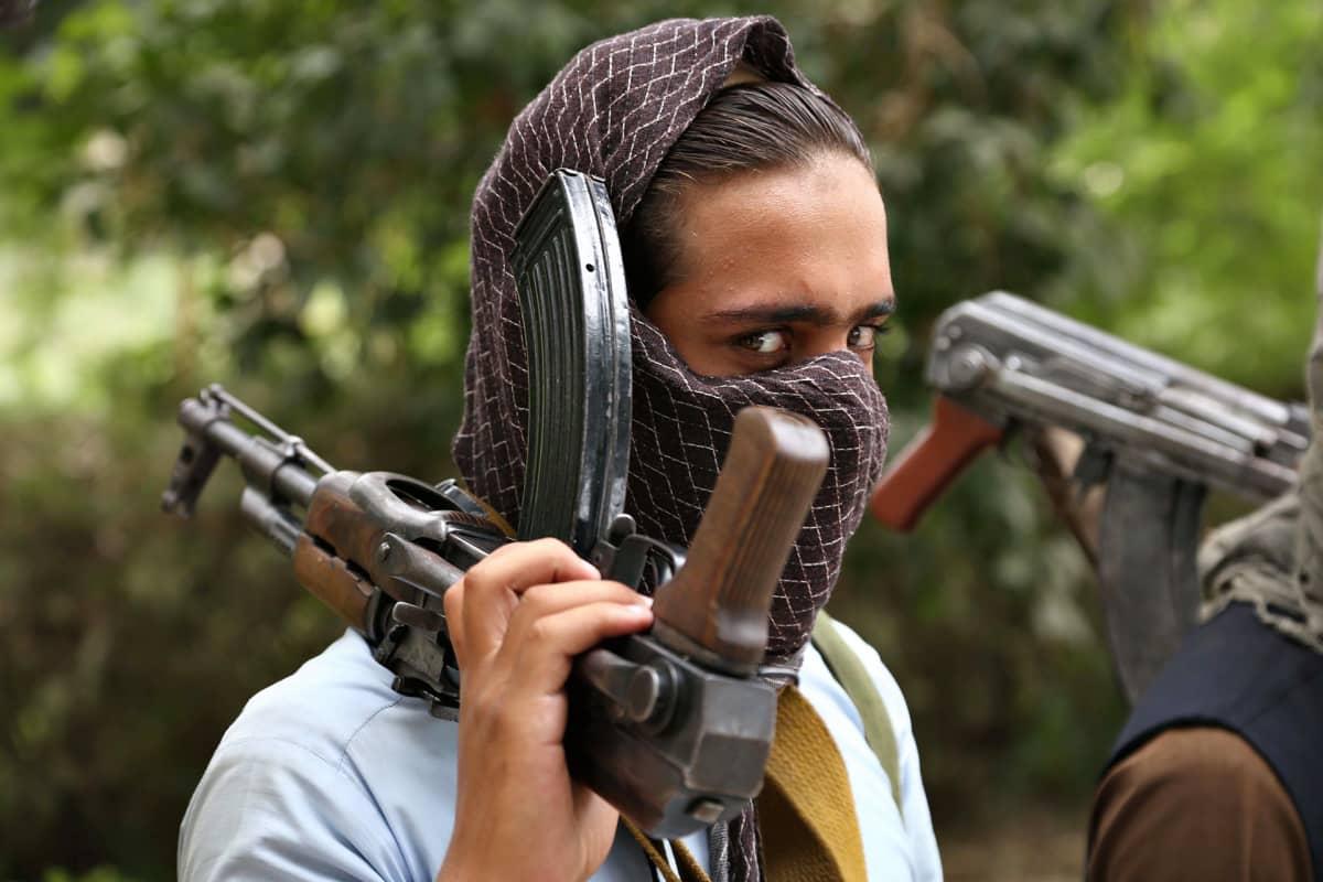 Entinen talibansotilas luovuttaa aseensa 3. syyskuuta Jalalabadissa osana rauhanprosessia.