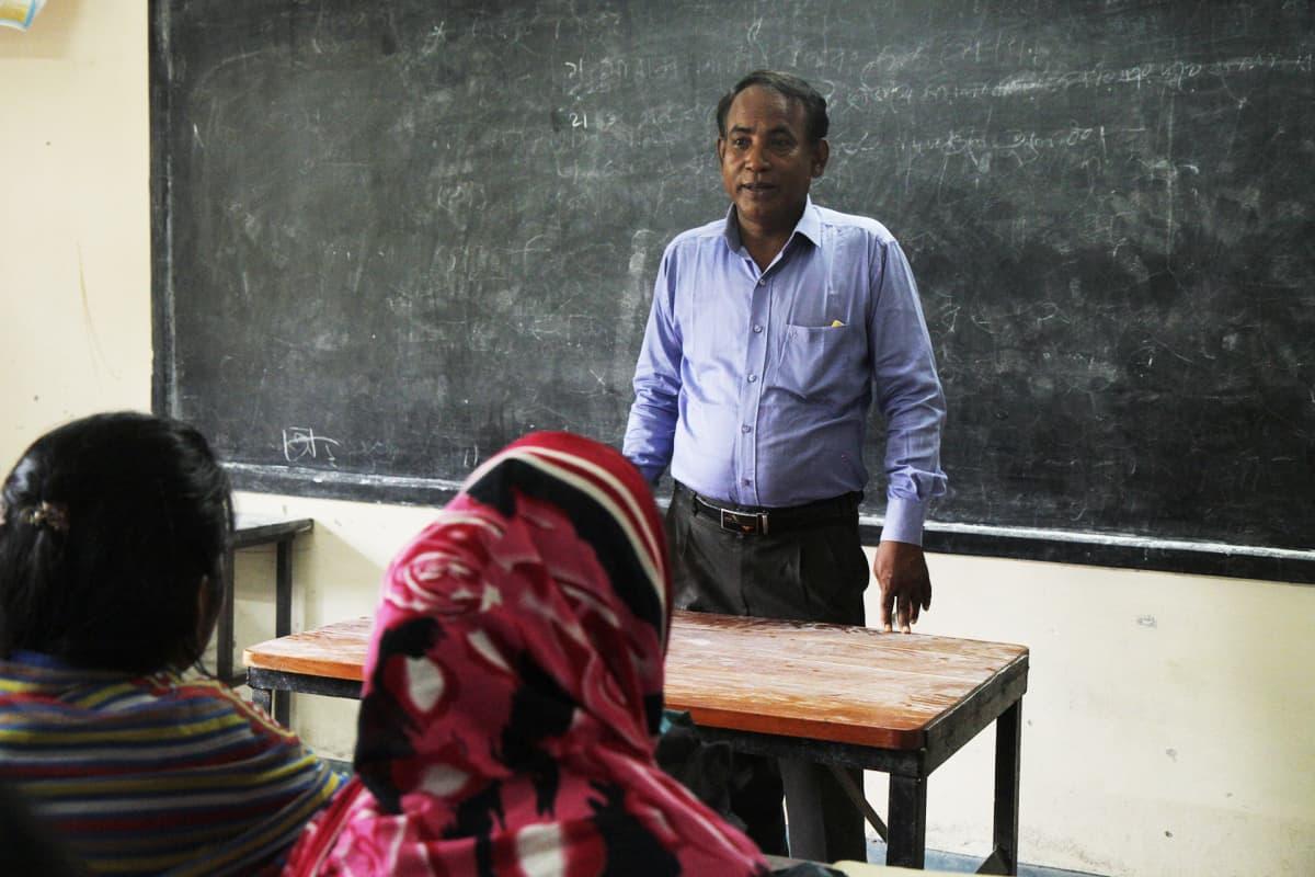 Opettaja Rama Roy.